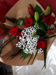 Bouquet de 5 roses rouges + 1 lys + gypsophile